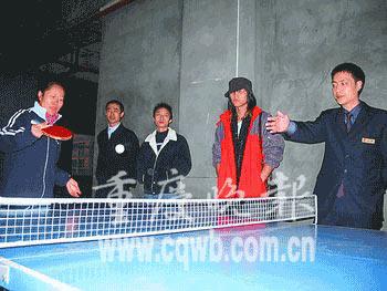 重庆12位商家争门面先比乒乓球 老板们亲自上场