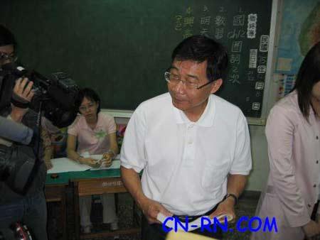 黄俊英在马英九陪同下赴投票站投自己一票(图)