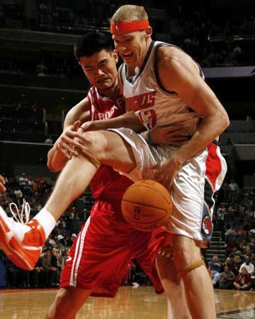 NBA图:火箭半场大胜山猫 姚明防守沃斯库尔