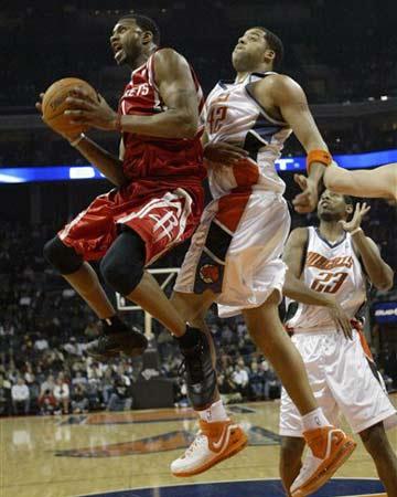 NBA图:火箭半场大胜山猫 麦迪突破上篮