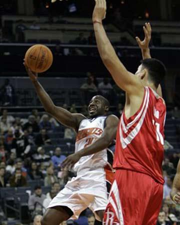 NBA图:火箭半场大胜山猫 姚明防守菲尔顿