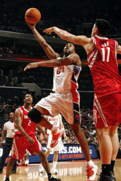 NBA图:火箭半场大胜山猫 姚明防守哈林顿