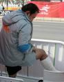 图文:周春秀教练梁松利小腿骨折仍带伤督战