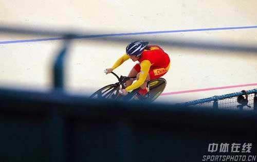 图文:自行车女子500米计时赛金牌 郭爽在比赛