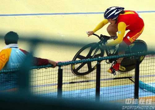 图文:自行车女子500米计时赛金牌 进入弯道