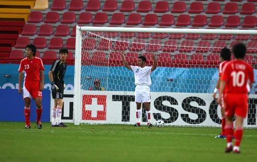 图文:博哈尼进球举止轻佻 国奥半场0-1落后