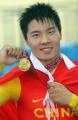 图文:场地自行车1000米计时赛 冯永展示金牌
