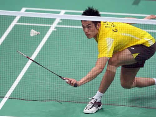 图文:亚运会羽毛球男单决赛 林丹网前救球