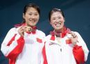 图文:亚运会羽毛球女双决赛 黄穗高��展示奖牌