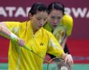 图文:亚运会羽毛球女双决赛 杨维发球瞬间