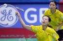 图文:亚运会羽毛球女双决赛 张洁雯比赛中回球