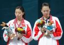 图文:亚运会羽毛球女双决赛 仔细观看吉祥物