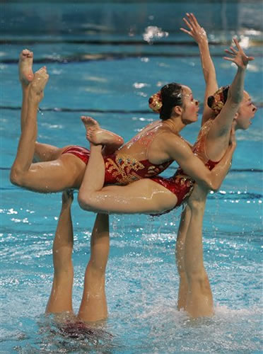 图文:中国夺艺术体操团体铜牌 小花如出水芙蓉