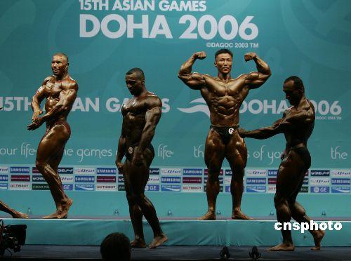 图文:男子健美90公斤级别运动员展示健美身躯