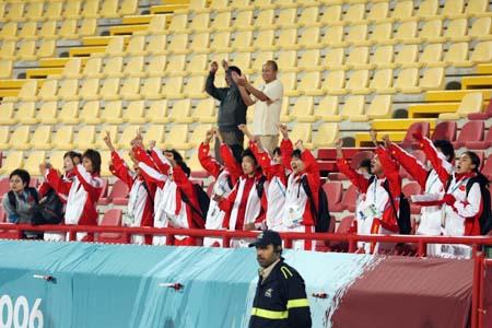 独家图片:国奥点球负于伊朗 女足姑娘看台助威