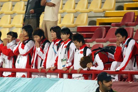 独家图片:国奥不敌伊朗 女足助威观看点球大战