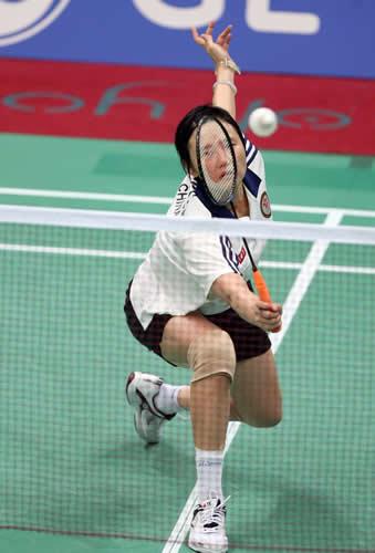 图文:中国香港队包揽羽球女单冠亚军 王晨救球