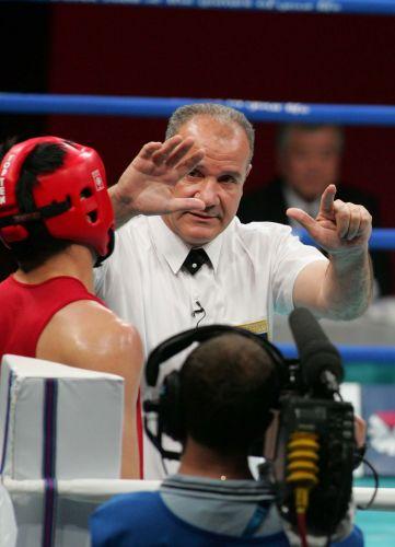 图文:亚运会男子拳击51公斤级  裁判给杨波读秒