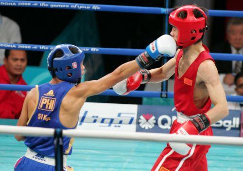 图文:亚运会男子拳击51公斤级  杨波遭对手反击