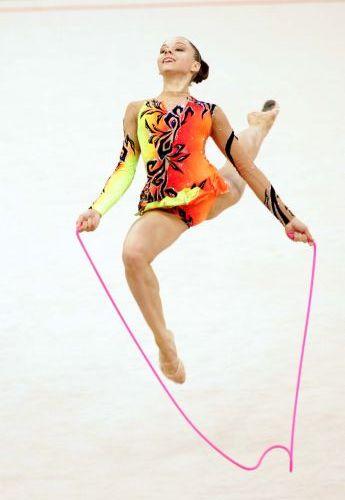 图文:艺术体操个人全能  哈萨克斯坦队员在比赛