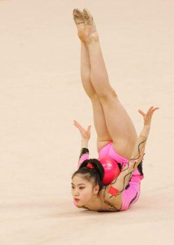 图文:艺术体操个人全能  肖一鸣在比赛中