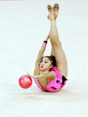 图文:艺术体操个人全能  肖一鸣在球操比赛中