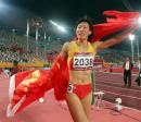 图文:亚运女子400米栏决赛 黄潇潇向观众致意