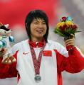 图文:亚运会女子100米栏决赛 冯云在领奖台上