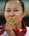 图文:亚运会女子100米栏决赛 刘静亲吻奖牌