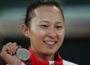 图文:亚运会女子100米栏决赛 刘静展示奖牌