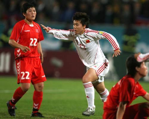 图文:中国女足VS朝鲜 王丹丹中场寻找进攻机会