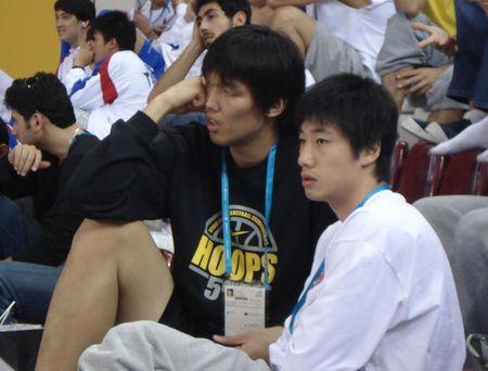 图文:中国男篮迎战黎巴嫩 韩国队员看台观战
