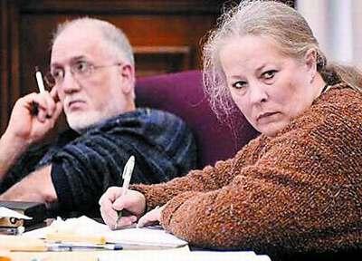 美国夫妇笼养孤儿被控虐童 尿床者罚睡81天浴缸