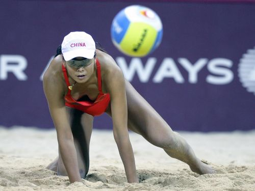 图文:女子沙滩排球半决赛 田佳在比赛中