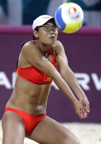 图文:女子沙滩排球半决赛 田佳接球瞬间