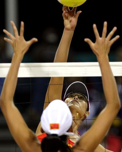 图文:女子沙滩排球半决赛 网前的田佳