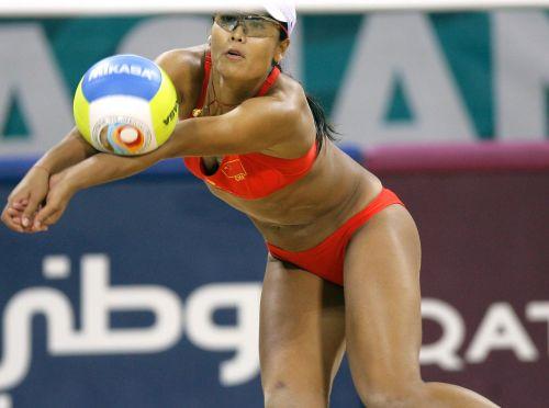 图文:女子沙滩排球半决赛 田佳比赛中救球
