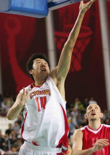 图文:亚运中国男篮VS黎巴嫩 王治郅上篮