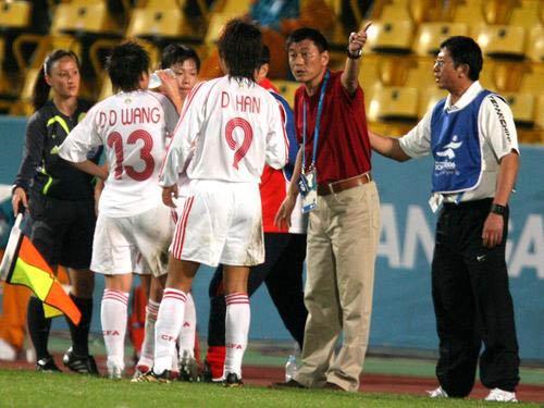 图文:亚运会中国女足1-3朝鲜 马良行面授机宜