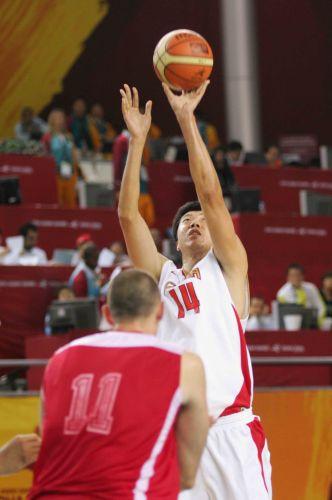 图文:中国男篮75-73黎巴嫩 王治郅投篮瞬间