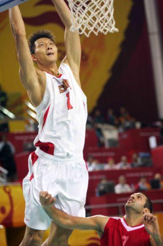 图文:中国男篮75-73黎巴嫩 易建联准备扣篮