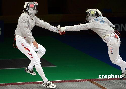 图文:男子个人佩剑决赛王敬之获金牌 双剑对峙