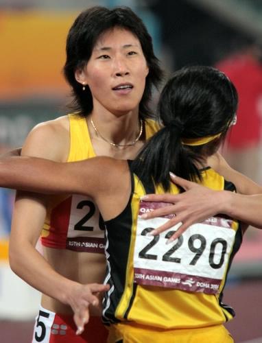 图文:黄潇潇夺女子400米栏冠军 接受对手祝贺