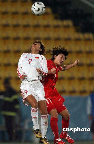 图文:亚运中国女足1-3朝鲜 韩端与对手争顶