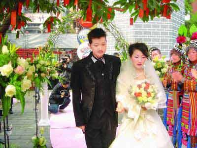 女友坚持与患尿毒症男友结婚 婚礼上相拥而泣