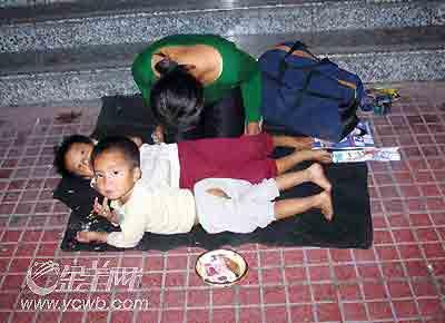"""乞讨妇女为挣钱拒受救助 用小孩做""""道具""""(图)"""