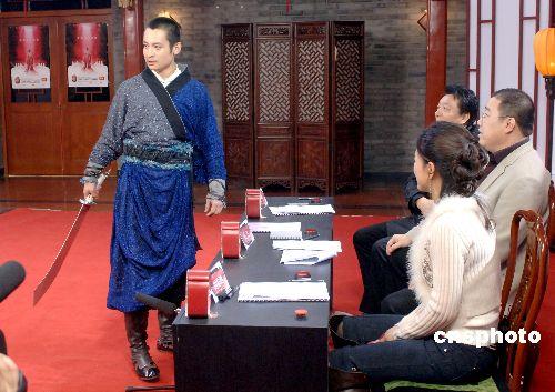 """红楼选秀选手为了晋级 持刀""""威逼""""评委(图)"""