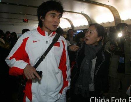 图文:国奥将士回到北京 郑智在机场