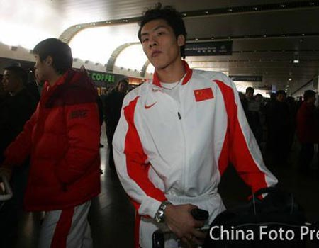 图文:国奥将士回到北京 王大雷表情严肃