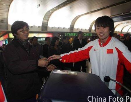 图文:国奥将士回到北京 刘宇在机场